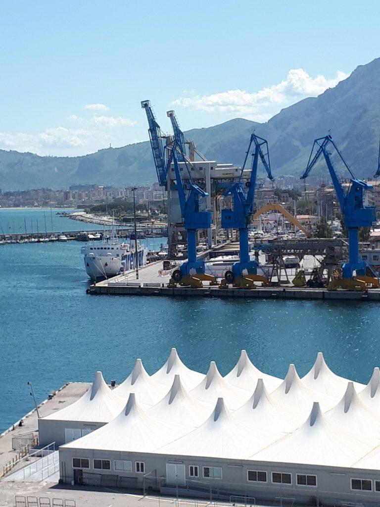 Port de Palerme (Italie) avec vue sur les grues peintes en bleu royal.