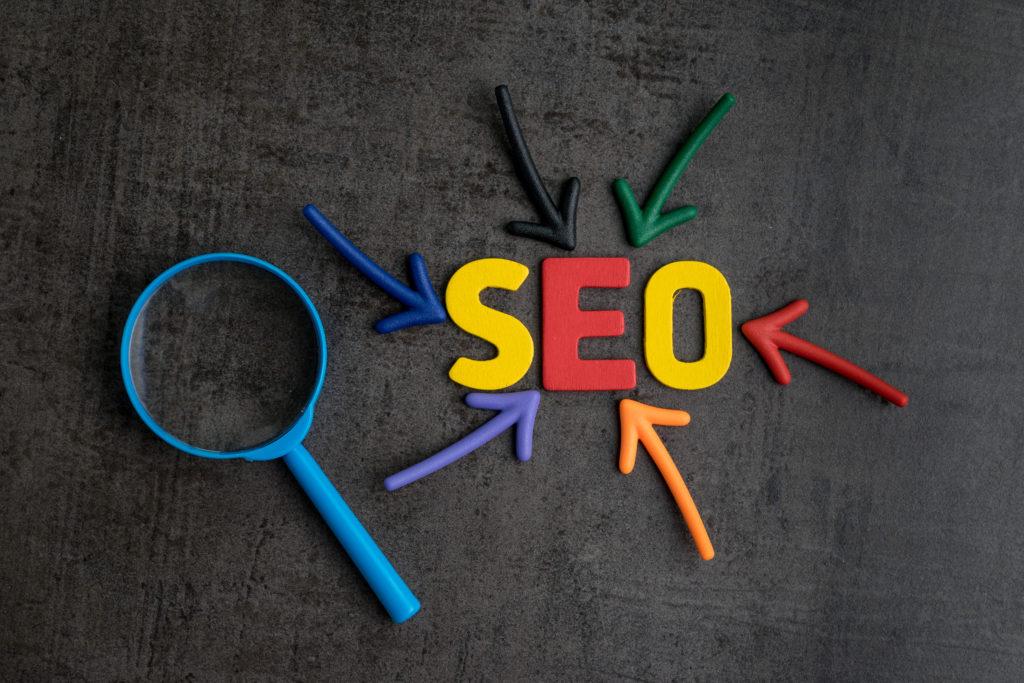 Lettres multicolores formant le mot SEO (Search Engine Optimisation)
